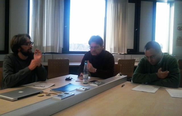 Esteban Mizrahi junto a los profesores Kai Ambos y Ezquiel Malarino